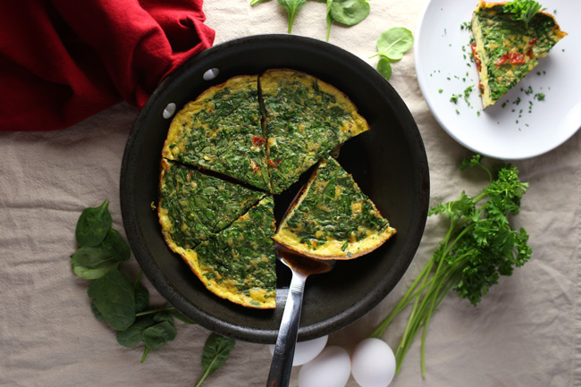 Healthy Sun Dried Tomato and Spinach Frittata Recipe. This healthy frittata recipe makes for the perfect grab n' go breakfast. Just make one batch, slice it up and store in containers. Grab this healthy breakfast recipe by clicking through! | SeasonlyCreations.com | @SeasonlyBlog
